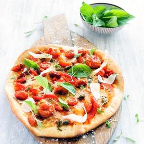 Polentová pizza s rajčaty a bazalkou