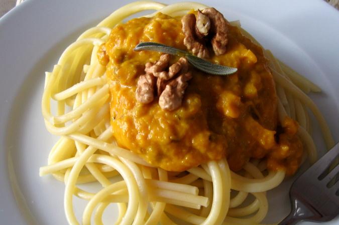 Těstoviny s dýňovo-ořechovou omáčkou
